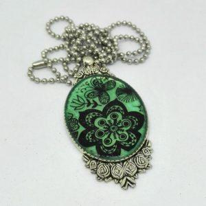 Pendente donna unico realizzato in resina uv su base verde/oro pezzo unico